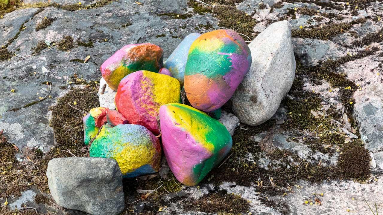 maalattuja kivia