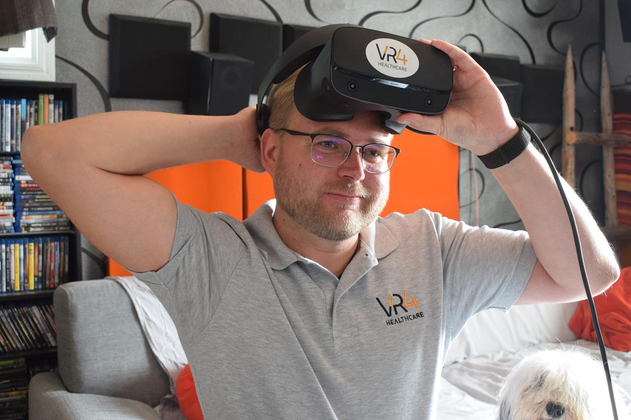 Sairaanhoidon opettaja Mikko Myllymäki VR-lasti otsalla.