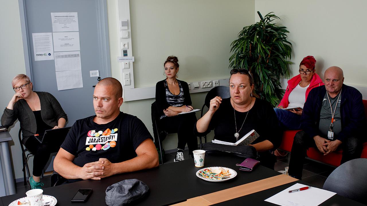Järkeä Jyväskylä kampanjan aktiiveja istuu kokoustilassa