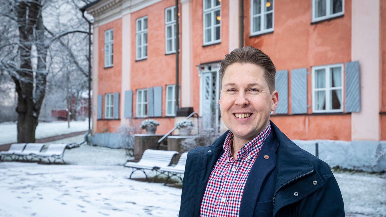 Stefan Loman Kulosaaren kartanon edessä
