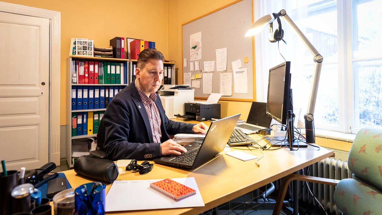 Stefan Loman työhuoneessaan