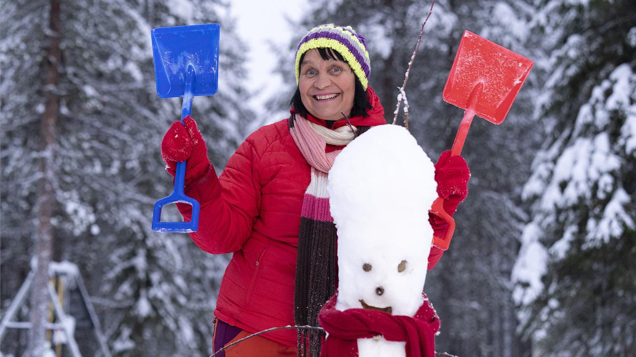 perhepäivähoitaja Arja Kurkela lumiukon kanssa