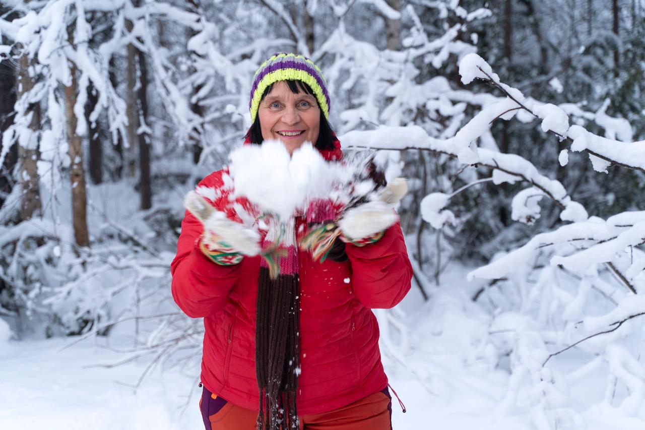 perhepäivähoitaja Arja Kurkela lumisessa maastossa