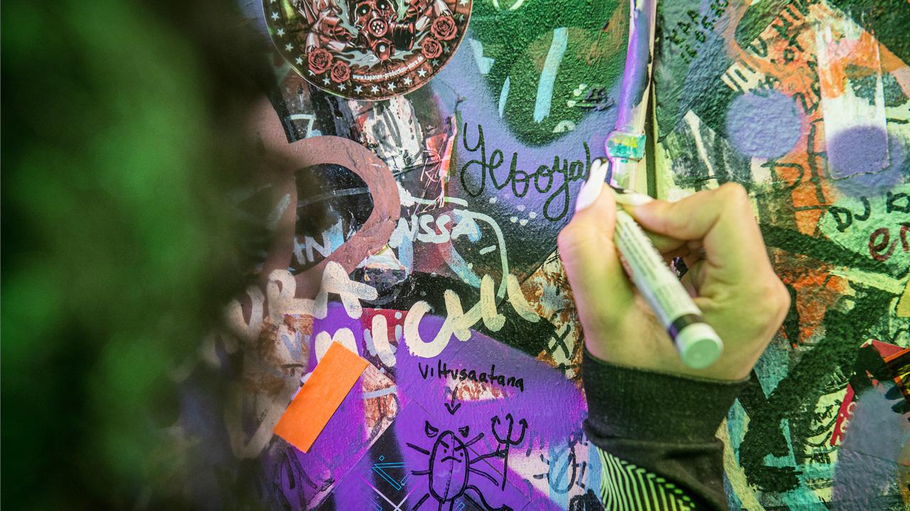 Rap-artisti Yeboyah eli Rebekka Kuukka tekee kovaa nousua suomalaiselle hiphop-taivaalle. Hän kirjoitti nimensä Tavastia-klubin takahuoneen seinälle.