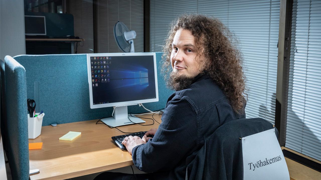 Sosiaaliohjaaja Jalkanen tietokoneella.