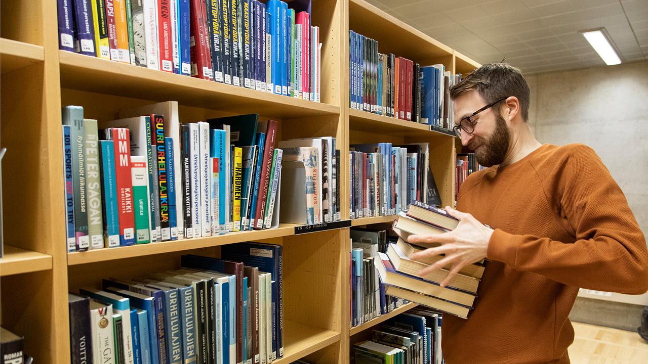 Oululainen kirjastonhoitaja Aki Huovinen on yksi Suomen parhaista visailukysymysten laatijoista.