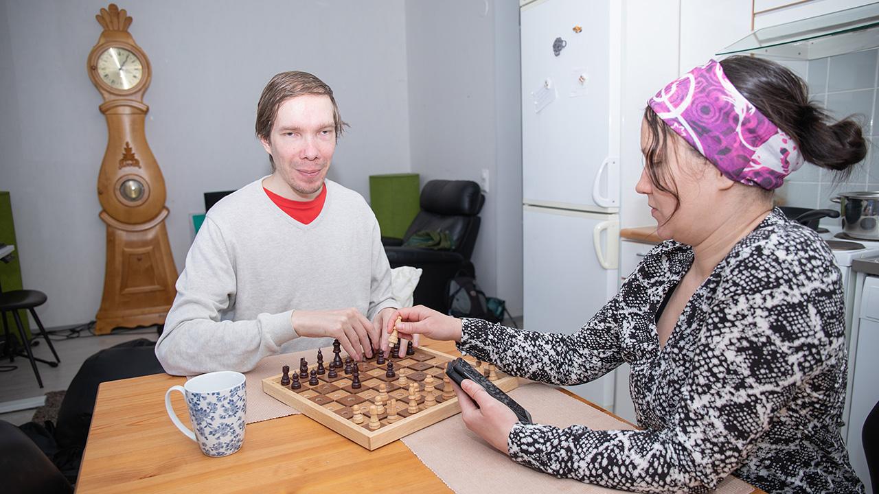 Lotta Nikkinen avustaa Tommi Vänniä tietokoneshakissa.