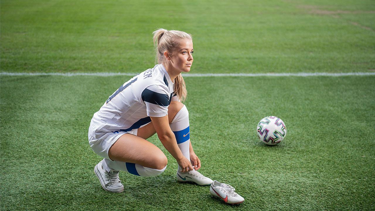 Hyökkääjä Amanda Rantanen sitoo jalkapallokengän nauhoja.