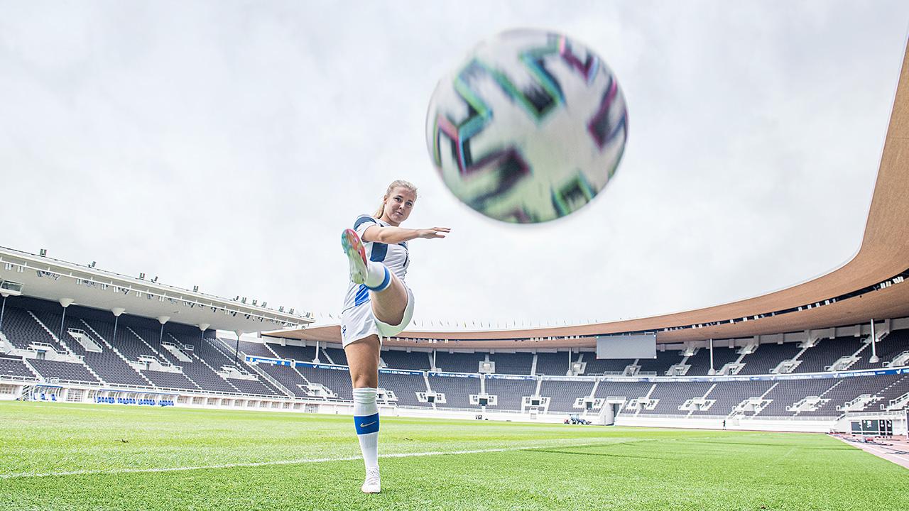 Amanda Rantanen potkaisee jalkapalloa.
