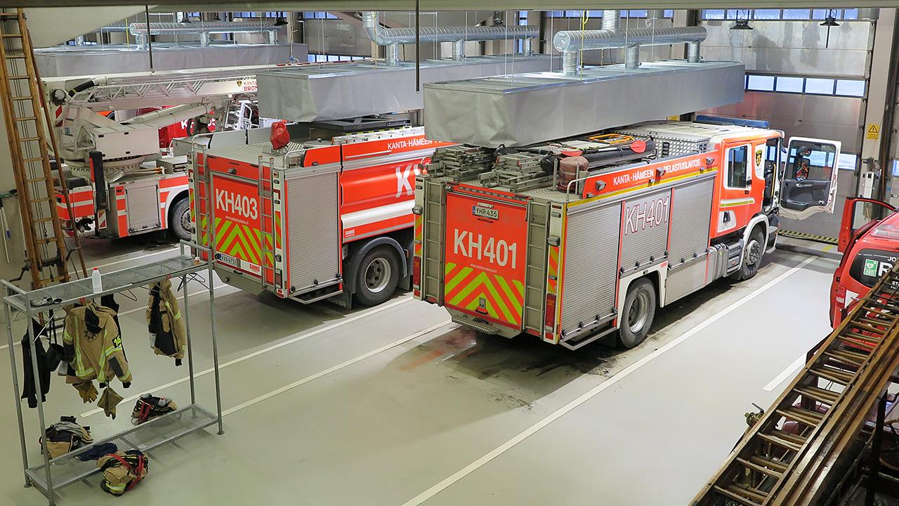 paloautoja tallissa