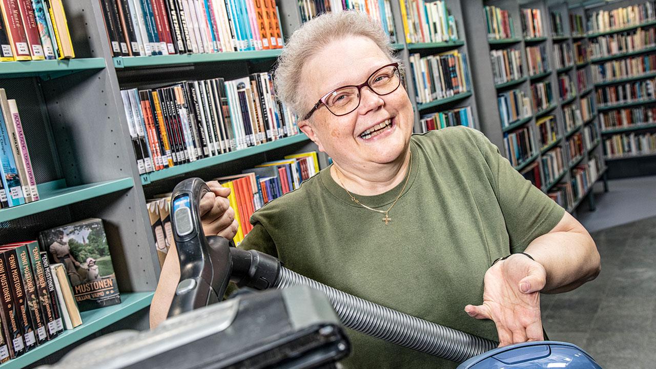 kirjastovirkailija Tiina Muikku
