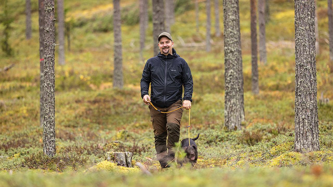 Juha OItkänen metsälenkillä koiran kanssa