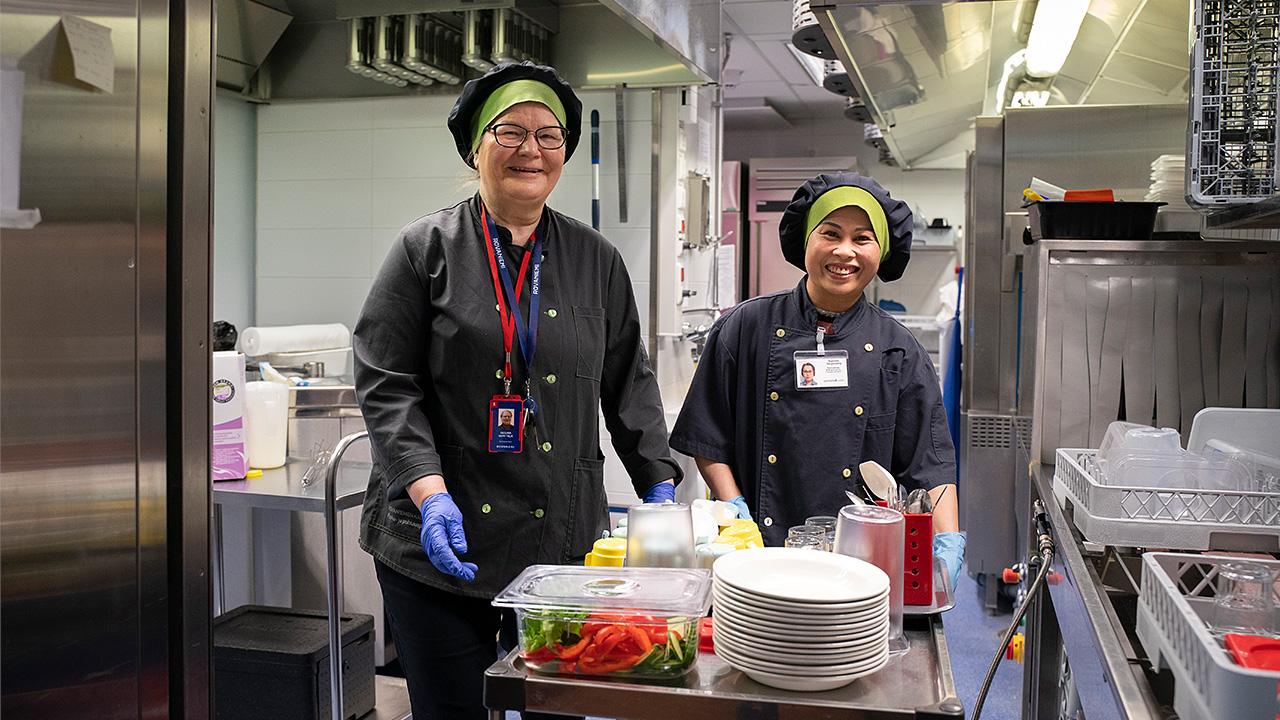 Regina Kenttälä ja Supranee Sangmueang monitoimitalon keittiössä