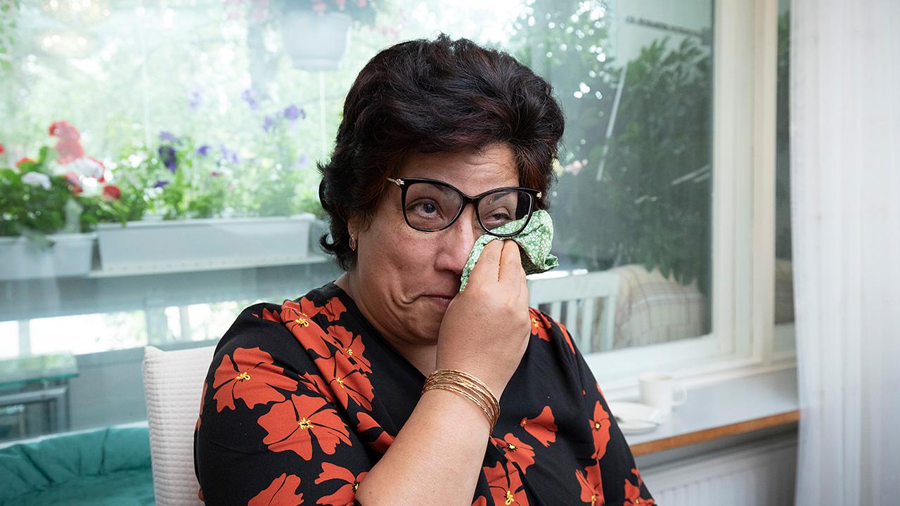 Sohila Qaderzada pyyhkii kyyneleitä